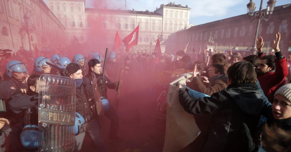 14.dez.2013 - Estudantes enfrentam polícia durante onda de protestos contra o governo de Turim, na Itália. Outras cidades do país, como Roma e Veneza, também tiveram manifestações contra o plano de austeridade econômica, organizada pelo movimento dos motoristas de caminhão e pelos fazendeiros