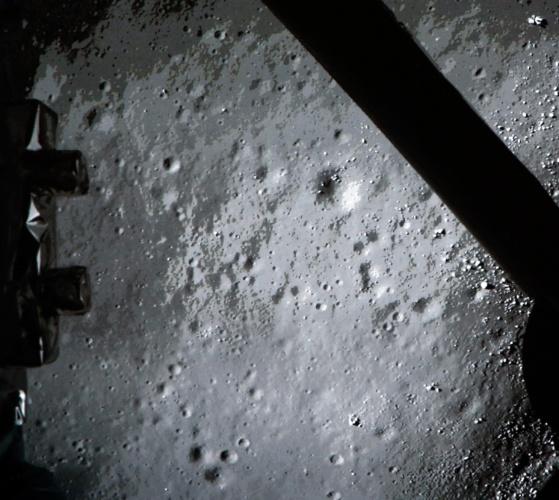 """14.dez.2013 - Foto liberada pelo Centro Espacial de Pequim mostra a superfície da Lua. A agência espacial chinesa informa que conseguiu aterrissar com sucesso um veículo para explorar a superfície do satélite natural da Terra. O feito, inédito para o país, foi exibido pela """"CCTV"""", televisão estatal.  O veículo, chamado Chang?e-3, foi lançado há 12 dias em um foguete"""