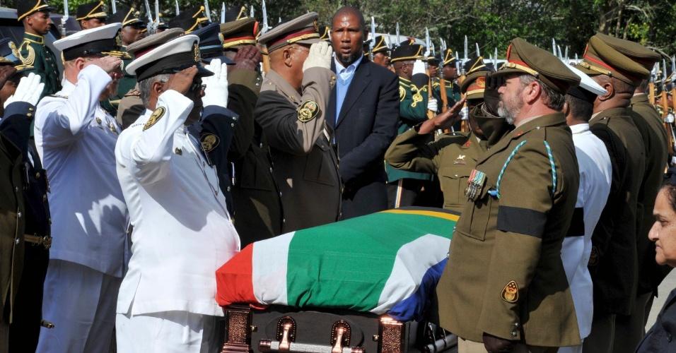 14.dez.2013 - Militares e o neto de Mandela, Mandla Mandela, prestam continência durante chegada do caixão com o corpo do ex-presidente sul-africano à vila de Qunu, onde ele será enterrado no domingo (15)
