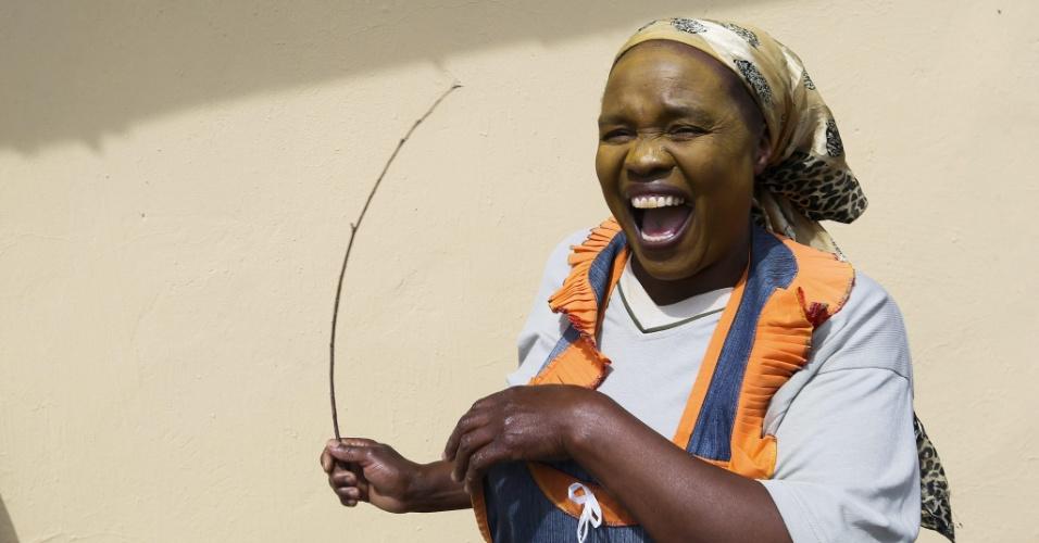 """14.dez.2013 - Mulher sul-africana dança durante ritual de iniciação """"Mgidi"""" em preparação à chegada do corpo de Nelson Mandela a Qunu, local de seu enterro"""