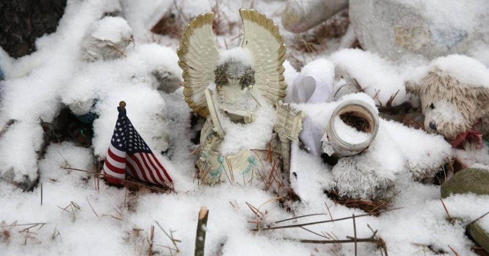 14.dez.2013 - Neve cobre objetos deixados onde ficava a escola primária Sandy Hook, no Estado norte-americano de Connecticut, em homenagem às vítimas do massacre de um ano atrás. Em outubro, a escola foi demolida pelas autoridades locais
