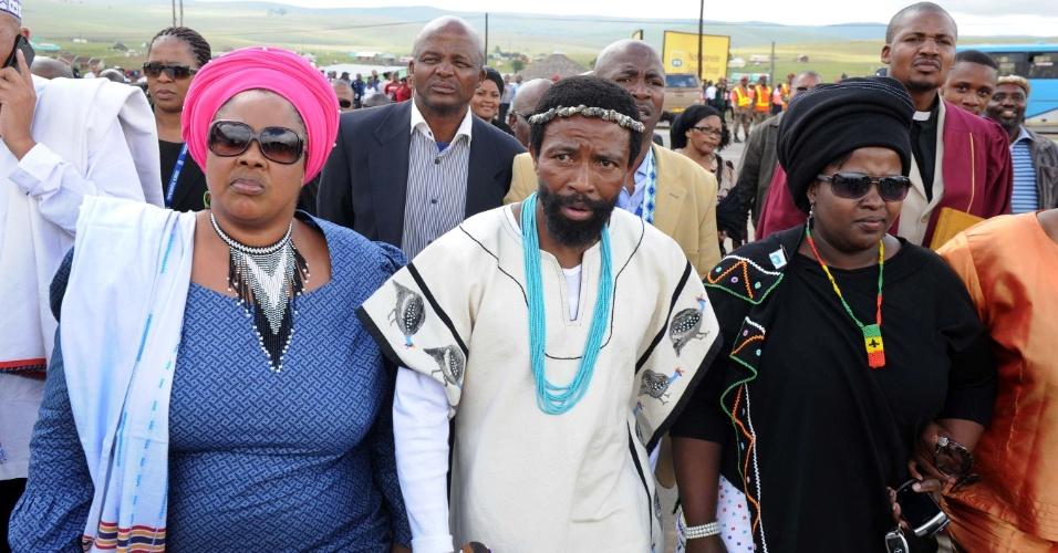 14.dez.2013 - No centro, o chefe Dalindyebo e sua delegação participam do cortejo fúnebre com o corpo de Nelson Mandela, que será enterrado na vila de Qunu, onde ele será enterrado no domingo (15)