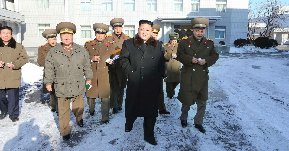 14.dez.2013 - O ditador norte-coreano Kim Jong-un (C) visita o Instituto de Design do Exército Popular da Coreia, nesta foto sem data publicada pela Agência Central de Notícias da Coreia do Norte(KCNA), neste sábado (14)