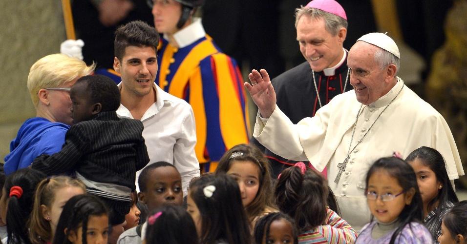 14.dez.2013 - Papa Francisco é cercado por crianças durante audiência realizada na sala Paulo 6º, na Cidade do Vaticano.