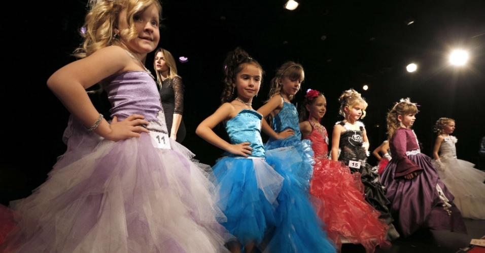 14.dez.2013 - Participantes do concurso mirim do Miss França 2014 desfilam no evento que vai escolher a garota mais bela com idade entre 5 e 11 anos