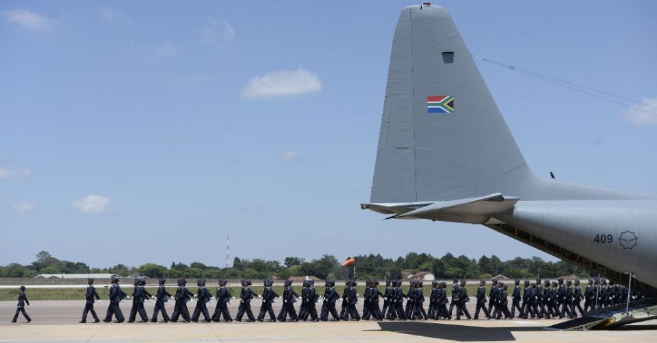 14.dez.2013 - Tropas marcham perto de avião que vai transportar o corpo de Nelson Mandela de Pretória para Mthatha de onde irá finalmente partir para Qunu, local do enterro