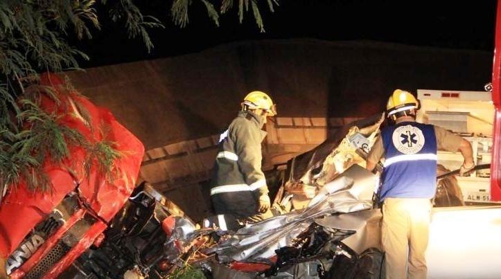 14.dez.2013 - Um acidente na noite desta sexta-feira (13) deixou três pessoas mortas e uma vítima na PR-323, no trecho entre as cidades de Cruzeiro do Oeste (PR) e Tapejara (PR). Um veículo Honda Civic tentava uma ultrapassagem quando bateu de frente com uma carreta