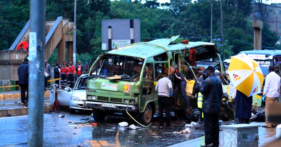 14.dez.2013 - Veículo danificado é visto próximo à estação policial Pangani em Nairobi (Quênia). Uma granada foi disparada próximo ao micro-ônibus neste sábado e matou pelo menos quatro pessoas