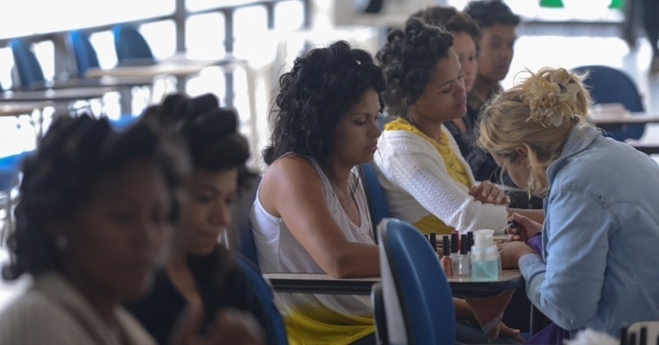 """Casamento coletivo reúne 100 casais no Distrito Federal. Essa é a última edição do ano do projeto """"Alma Gêmea"""", promovido pela Sejus-DF (Secretaria de Justiça, Direitos Humanos e Cidadania). As participantes têm direito ao """"Dia da Noiva"""" gratuito, com cabeleireiras, manicures, massagistas, almoço, lanche e transporte"""