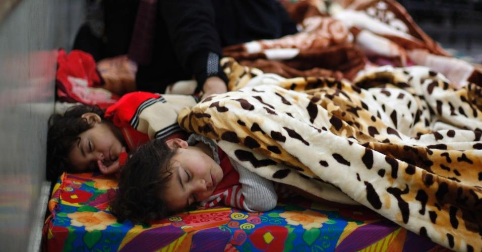 14.dez.2013 - Crianças palestinas dormem em uma sala de aula de Gaza após terem sido evacuadas de suas própria casas, em função das fortes chuvas que atingiram a região. Mais de 4.000 pessoas foram retiradas de área emergenciais
