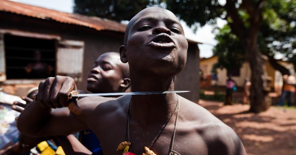 Um soldado da Anti-Balaka posa com uma faca na garganta para mostrar o que ele faria ao encontrar alguém da milícia de rebeldes Seleka em Bangui, na República Centro Africana. A França, antiga colonizadora do país africano, alertou para o aumento da violência entre cristãos e muçulmanos. Na última semana, foram mortos mais de 600 pessoas.  A República Centro Africana está em guerra civil  desde 2012, quando os rebeldes começaram a tomar cidades em represália a uma falha de acordo de paz com o antigo presidente, François Bozizé