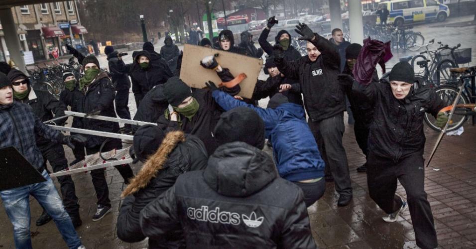 15.de.2013 - Membros de grupos de extrema direita atacam manifestantes anti-nazismo no subúrbio de Karrtorp, em Estocolmo (Suécia). Um policial e duas pessoas ficaram feridas com o conflito. Ao todo, foram presas 28 pessoas