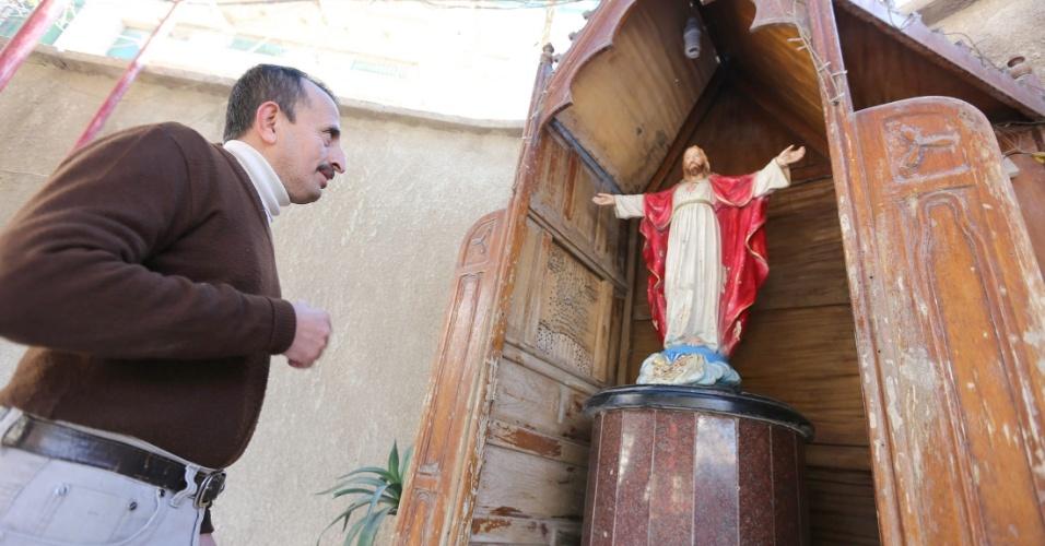 15.dez.2013 - 15.dez.2013 - Cristão iraquiano participa de cerimônia em igreja de Bagdá. O Iraque é um país predominantemente muçulmano e apenas 3% da dos cidadãos são cristãos