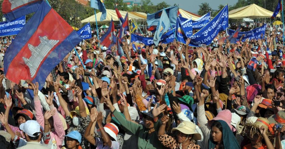 15.dez.2013 - Apoiadores do partido de oposição CNRP no Camboja fazem protesto no Parque da Democracia em Phnom Peh, capital do país, neste domingo (15). Os manifestantes criticam a eleição do primeiro ministro, Hun Sem, em julho. Eles pedem que seja feita uma nova eleição, pois há suspeitas de que houve fraude no pleito