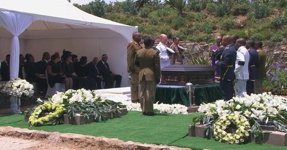 15.dez.2013 - Após cerimônia pública, amigos e parentes assistem ao sepultamento do ex-presidente sul-africano Nelson Mandela, no vilarejo de Qunu