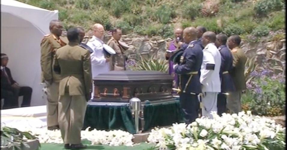 15.dez.2013 - Após cerimônia pública, caixão com o corpo de Mandela é levado ao local onde será sepultado no vilarejo de Qunu. O enterro é acompanhado apenas por familiares e amigos íntimos. O momento do enterro não foi transmitido ao vivo pela TV