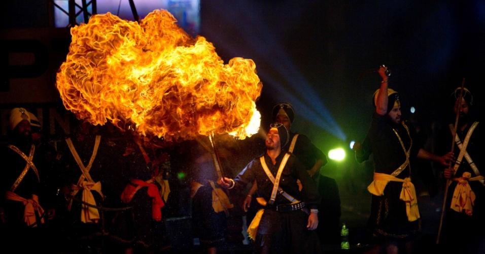 15.dez.2013 - Artista faz perfomance com fogo neste domingo (15), antes da final masculina da 4ª Copa do Mundo de Kabaddi, esporte de luta típico local, em Ludhiana (Índia)