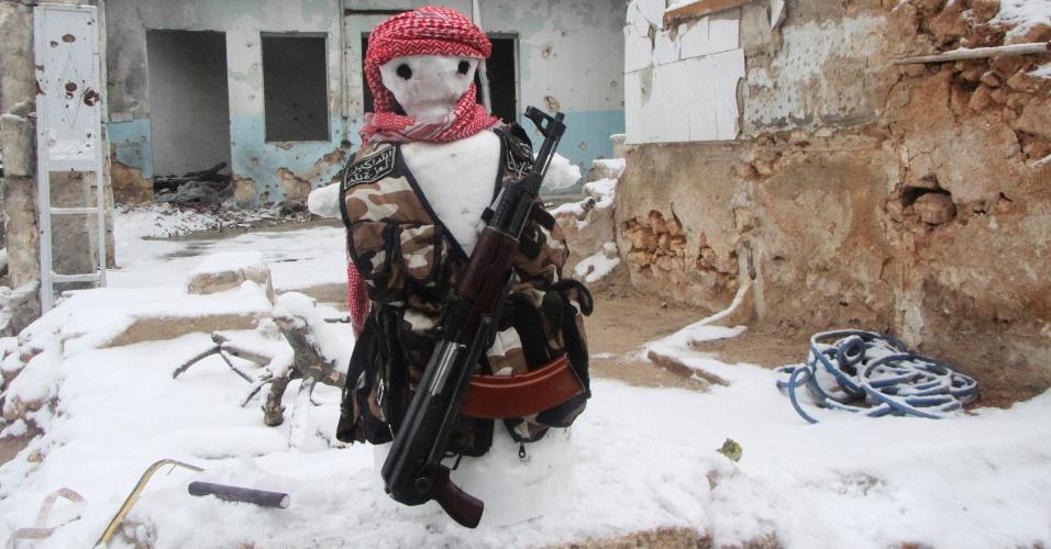 15.dez.2013 - Boneco de neve ''vestido'' como membro do grupo de oposição Exército Livre da Síria é visto no distrito de Karm al-Jabal, em Aleppo, na Síria