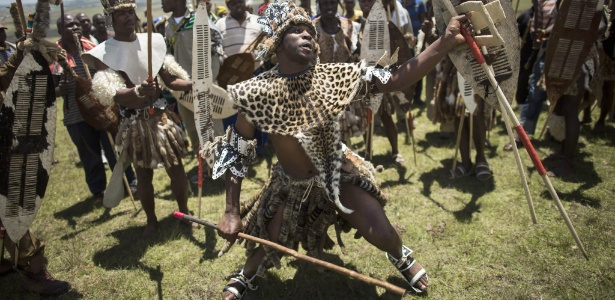 Guerreiros zulus dançam durante ritual tribal
