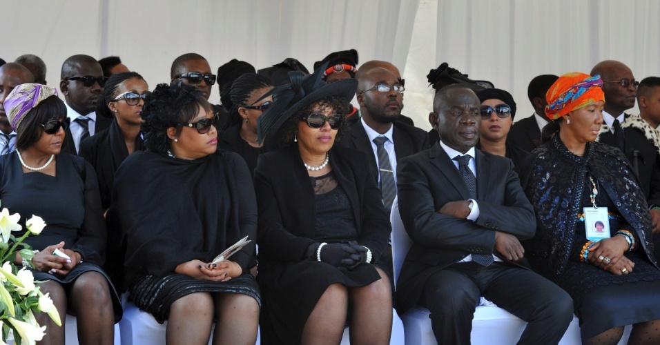 15.dez.2013 - Membros da família do ex-presidente sul-africano Nelson Mandela, entre eles Makaziwe Mandela (dir.), participam do funeral em Qunu, na África do Sul