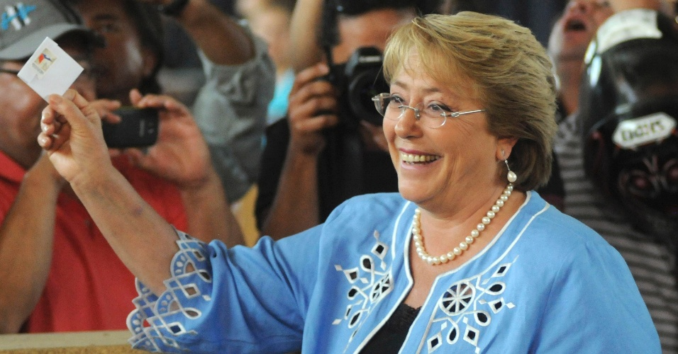 15.dez.2013 - Michelle Bachelet, candidata à presidência do Chile, posa para foto durante votação em Santiago. Chilenos decidem neste domingo entre Evelyn Matthei e Michelle Bachelet para serem presidentes do país. Pesquisas apontam vantagem de Michelle, que governou o Chile entre 2006 e 2010