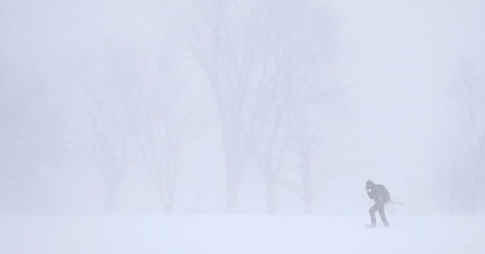 15.dez.2013 - Mulher caminha nas planícies de Abraão durante uma tempestade de neve na cidade de Quebec, no Canadá. Cerca de 30 cm de neve caíram em diferentes regiões do norte do país segundo autoridades locais