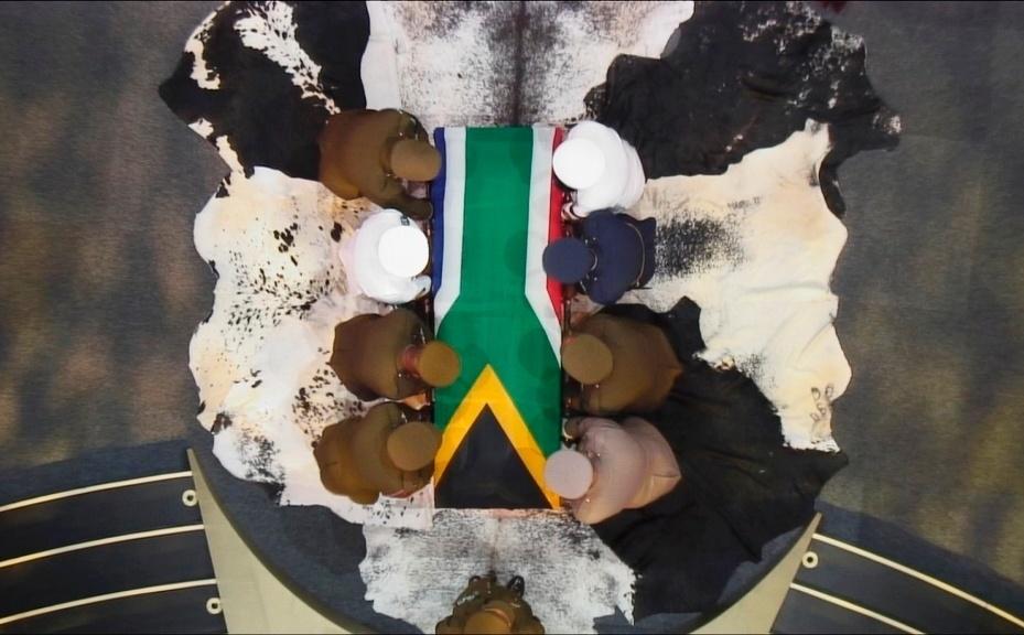 15.dez.2013 - O caixão com o corpo do ex-presidente sul-africano Nelson Mandela é carregado por militares ao fim da cerimônia de funeral no vilarejo de Qunu