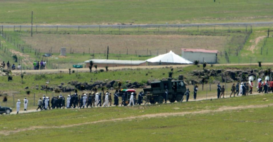 15.dez.2013 - O caixão com o corpo do ex-presidente sul-africano Nelson Mandela é levando ao local de sepultamento no vilarejo de Qunu. O enterro foi acompanhado apenas por alguns amigos e parentes do ex-líder da África do Sul