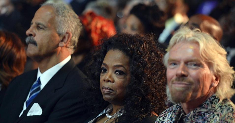 15.dez.2013 - O empresário britânico Richard Branson (direita) e apresentadora de TV Oprah Winfrey (centro) participam do funeral do ex-presidente sul-africano Nelson Mandela no vilarejo de Qunu