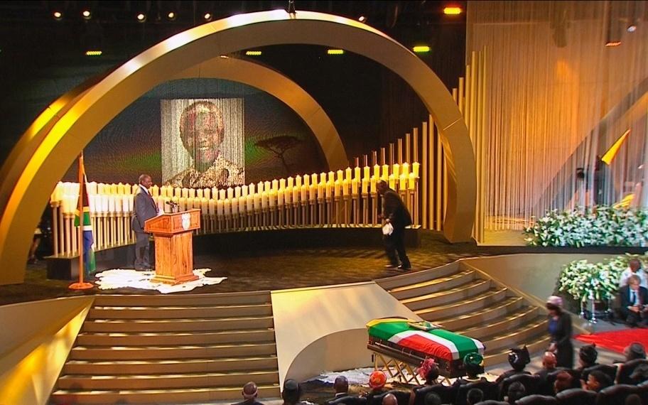 15.dez.2013 - O ex-presidente de Zâmbia Kenneth Kaunda se dirige ao palco para discursar durante o funeral do ex-presidente sul-africano Nelson Mandela no vilarejo de Qunu, 900 km ao sul de Johanesburgo