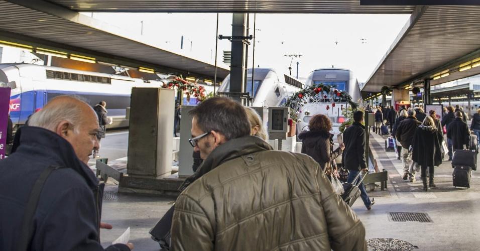 15.dez.2013 - Passageiros vão para trem que liga Paris a Barcelona em estação de trem na França. O trajeto que conecta as duas cidades estreou neste domingo (15) e a viagem tem duração de seis horas