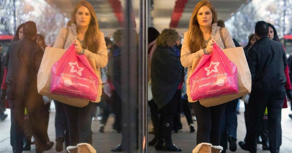15.dez.2013 - Pedestres caminham por lojas na Oxford Street no centro de Londres (Reino Unido)