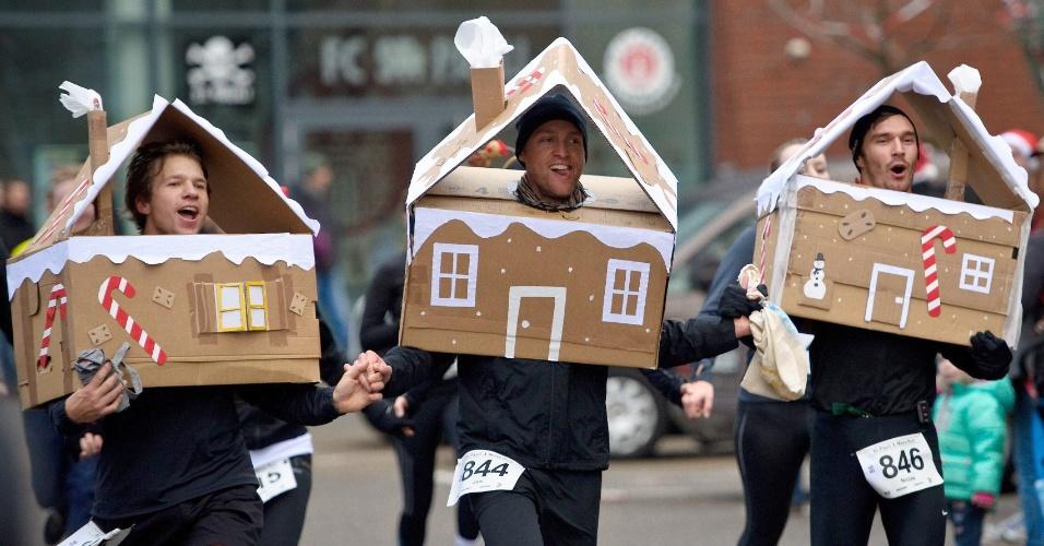 15.dez.2013 - Pessoas vestidas à caráter participam da corrida St. Pauli de Natal na cidade de Hamburgo (Alemanha). Cerca de 800 pessoas participaram do evento