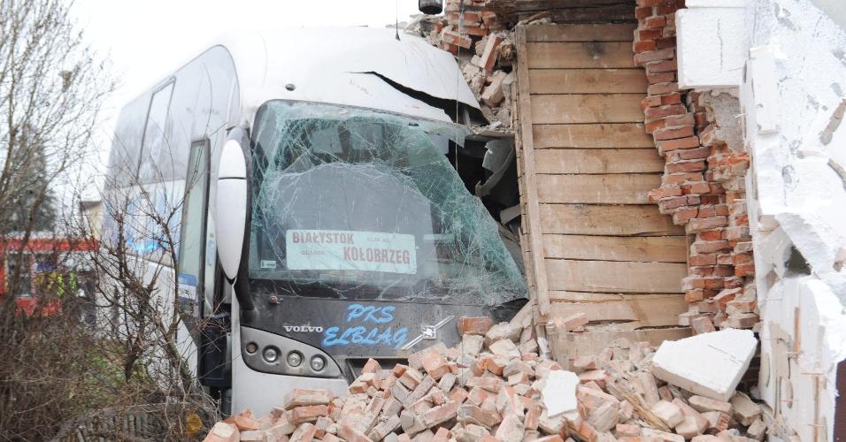 15.dez.2013 - Sete pessoas ficaram feridas em um acidente de ônibus na cidade de Sianou, na Polônia. O veículo saiu da estrada e atingiu um apartamento residencial