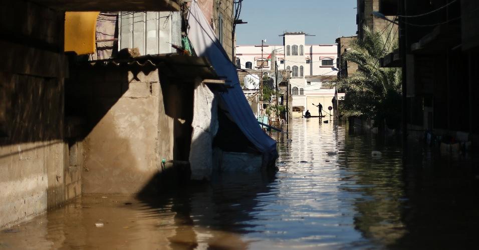 """15.dez.2013 - Vista geral de um bairro inundado ao norte da Faixa de Gaza. Mais de 5.000 pessoas foram evacuadas de área de risco nas imediações do território palestino. Pelo menos uma pessoa morreu no que a ONU (Organização das Nações Unidas) chamou de """"área de desastre"""""""