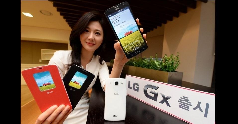 16.dez.2013 - A LG anunciou o smartphone GX, que possui tela avantajada de 5, 5 polegadas (0,5 maior que o Galaxy S4). O equipamento tem 2 GB de RAM, 32 GB de armazenamento interno, processador quad-core, câmera de 13 megapixels, internet 4G e pesa 167 gramas. Ainda não há informações sobre preço ou lançamento no ocidente. Por enquanto, o produto será lançado somente na Coreia do Sul