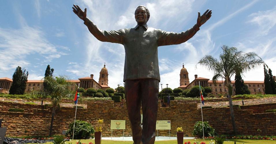 16.dez.2013 - Estátua com nove metros de altura do ex-presidente da África do Sul Nelson Mandela é inaugurada, nesta segunda-feira (16), no Union Buildings, em Pretória, África do Sul. Hoje o país celebra o Dia da Reconciliação, que marca o fim do regime do apartheid e a integração racial