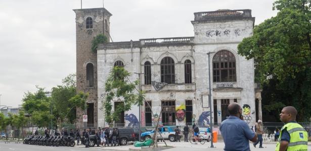Policiais militares fazem operação para desocupar prédio do antigo Museu do índio, no Rio