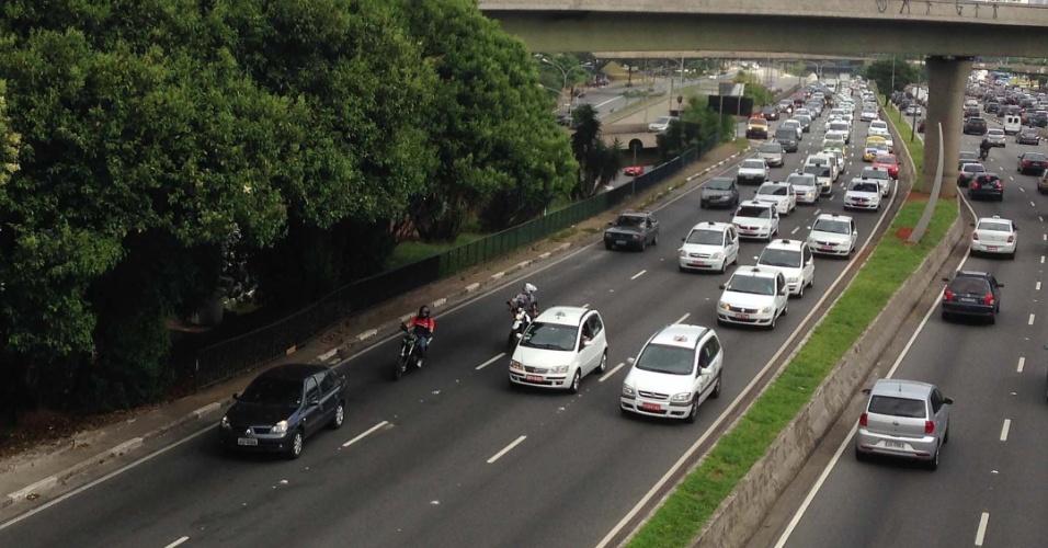 16.dez.2013 - Taxistas protestam na manhã desta segunda-feira (16), na avenida 23 de Maio, em São Paulo. Eles se manifestaram contra a possibilidade de a prefeitura proibir o tráfego de táxis nas faixas exclusivas de ônibus