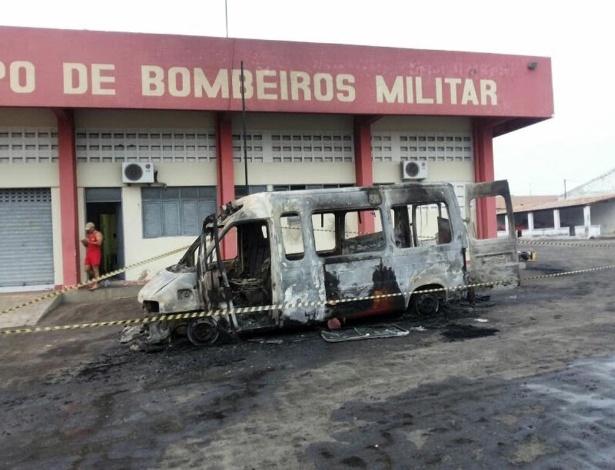Ao todo, cinco carros foram incendiados e uma parte do prédio também foi atingida pelas chamas