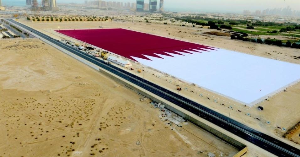 17.dez.2013 - A maior bandeira do mundo foi costurada no Qatar e é grande o suficiente para cobrir sete campos de futebol. O país pediu a inclusão da bandeira no Guinness, o livro dos recordes, em comemoração ao seu dia, celebrado em 18 de dezembro