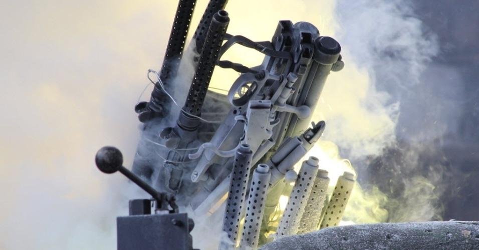 17.dez.2013 - Armas de fogo são destruídas em um forno para fundir metais, nesta terça-feira (17), em Lima, no Peru. No total 3.567 pistolas, revólveres e metralhadoras foram derretidas