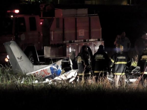 17.dez.2013 - Bombeiros trabalham no local do acidente com o avião monomotor, modelo Cessna 172 e prefixo PT-CNL, que caiu no aeroporto Senador Petrônio Portella, em Teresina