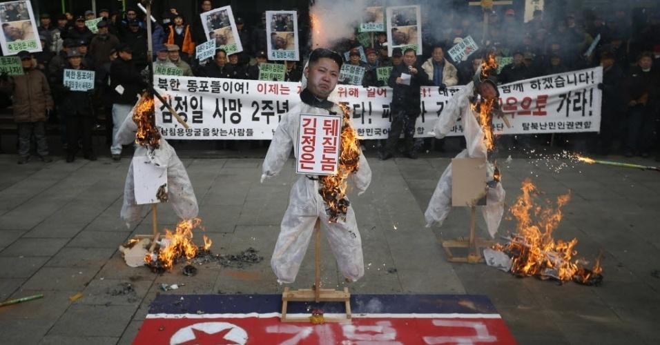 17.dez.2013 - Bonecos do fundador da Coreia do Norte, Kim Il-sung, de Kim Jong-un e do pai dele Kim Jong-il são queimados durante um protesto em Seul , Coreia do Sul.  As manifestações marcam o segundo aniversário da morte de Kim Jong-il