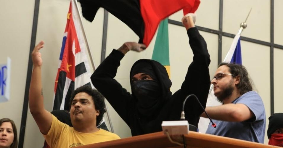 17.dez.2013 - Cerca de 60 manifestantes invadiram o plenário da Câmara de Ribeirão Preto (SP) e impediram a votação de projeto de lei que prevê a prorrogação de contrato de professores emergenciais, nesta terça-feira (17)