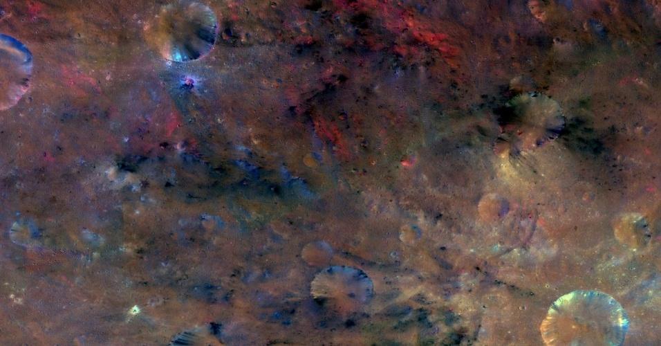17.dez.2013 - Esta imagem composta da missão Dawn da Nasa (Agência Espacial Norte-Americana) mostra a material a noroeste da cratera Sextilia no asteroide Vesta (a cratera está na parte debaixo à direita da imagem)