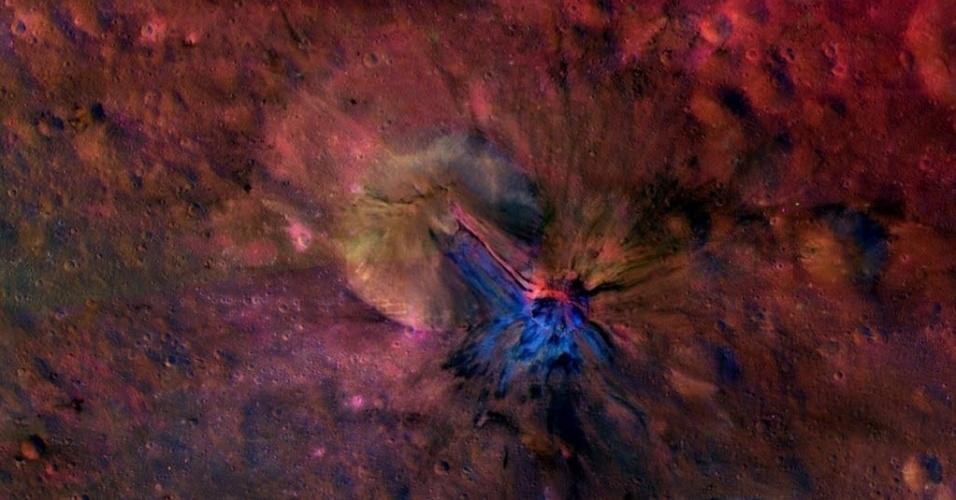 17.dez.2013 - Fluxo de material é visto dentro e fora de uma cratera chamada Aelia na superfície do asteroide gigante Vesta, em imagem divulgada pela missão Dawn da Nasa (Agência Epacial Norte-Americana)