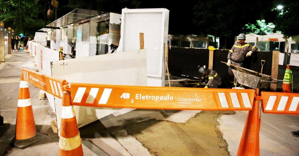17.dez.2013 - Funcionários da Eletropaulo (concessionária de energia) trabalham na instalação de novo ponto de ônibus coberto