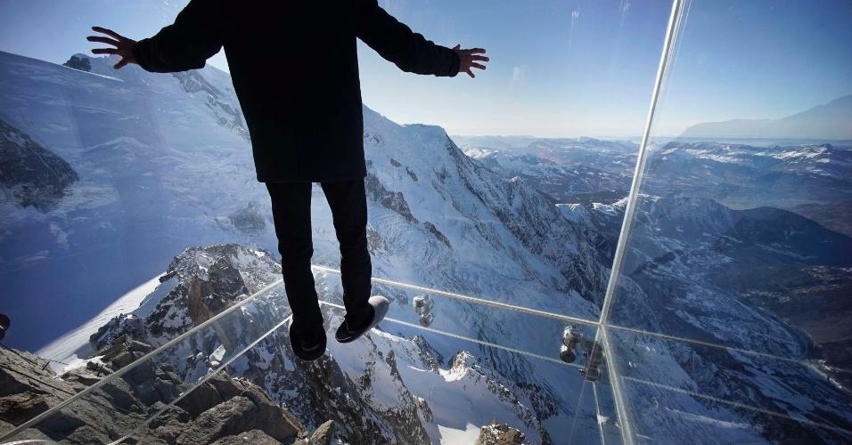 17.dez.2013 - Homem caminha dentro de caixa de vidro construída sobre os alpes franceses, nesta terça-feira (17), em Chamonix. A estrutura fica a 3,8 km de altura