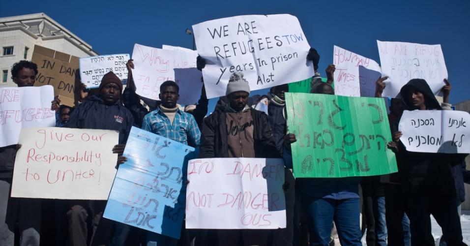 17.dez.2013 - Imigrantes africanos e ativistas dos direitos humanos protestam, nesta terça-feira (17), em Jerusalém, Israel. Eles exigem que seus pedidos de asilo sejam revistos pelas autoridades